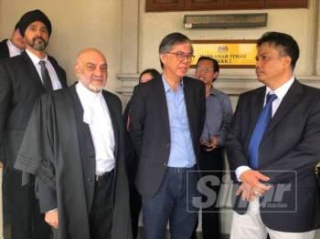Tian Chua (dua dari kanan) ditemui di luar Mahkamah Tinggi Kuala Lumpur hari ini.