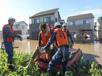Puluhan ribu anggota penyelamat Jepun berusaha membantu penduduk yang terperangkap akibat tanah runtuh dan banjir akibat Taufan Hagibis. - Foto AFP