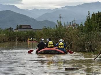 Petugas penyelamat menggunakan bot ketika menjalankan operasi mencari dan menyelamat di Nagano susulan Taufan Hagibis yang meragut puluhan nyawa. - Foto AFP