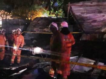 Anggota bomba dan penyelamat memadam kebakaran. Foto: Ihsan Bomba