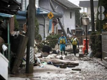 Anggota polis meronda kawasan terjejas akibat Taufan Hagibis berhampiran Sungai Chikuma, Nagano.