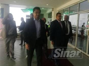 Lokman (dua dari kanan) ketika hadir di Mahkamah Shah Alam hari ini.