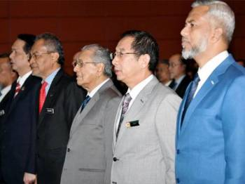 Perdana Menteri, Tun Dr Mahathir Mohamad (tiga dari kanan) pada Persidangan Peranti Perubatan Antarabangsa (IMDC) 2019 dan Ekspo Peranti Perubatan Malaysia (MYMEDEX) 2019 hari ini. Turut hadir Menteri Kesihatan Datuk Seri Dr Dzulkefly Ahmad (empat dari kanan). - Foto Bernama