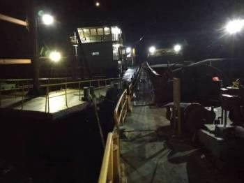 Dua kapal mengorek dan memindahkan pasir yang ditahan APMM Melaka dan Negeri Sembilan.