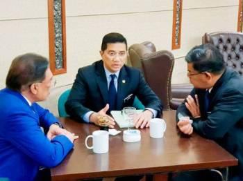 Anwar (kiri) mengadakan mesyuarat santai bersama Azmin (tengah) dan Saifuddin Nasution di kafe Parlimen tengah hari tadi.