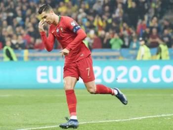 Ronaldo meraikan jaringan penaltinya ketika aksi menentang Ukraine di Stadium NSC Olimpiyskiy, Kiev, awal pagi tadi.