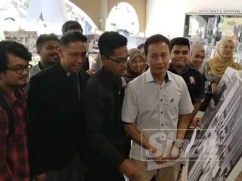 Azhar ketika melawat pameran yang diadakan sempena forum demokrasi yang diadakan di USM hari ini.
