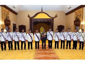 Yang di-Pertuan Agong, Al-Sultan Abdullah Ri'ayatuddin Al-Mustafa Billah Shah (tengah) berkenan bergambar bersama penerima darjah Panglima Gagah Pasukan Polis (PGPP) pada Istiadat Pengurniaan Darjah Kepahlawanan Pasukan Polis dan Pingat Keberanian Polis di Istana Melawati hari ini. - Foto Bernama