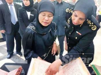 Latheefa (kanan) meneliti manuskrip lama bersama Ketua Hakim Negara, Tengku Maimun (kiri).