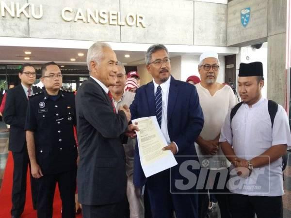 Wan Nazari (kanan) menyerahkan petisyen tindakan segera terhadap Wong Yan Ke dan sokongan kepada Naib Canselor UM, Datuk Ir Dr Abdul Rahim Hashim (kiri).