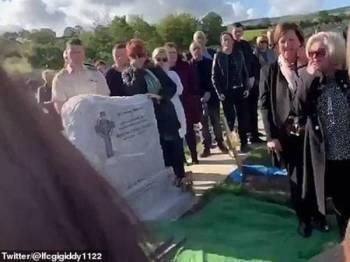 Para hadirin terkejut apabila suara dari keranda 'memeriahkan' suasana hiba ketika pengebumian seorang veteran tentera di Ireland pada 12 Oktober lalu.
