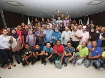 Ruhaida (berdiri, tengah) bersama peserta Kursus Asas Tanaman Nanas di Tanjung Piai Resort kelmarin.