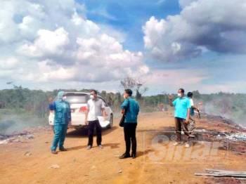 Andansura bersama pegawai wakil penduduk dan pegawai JAS ketika meninjau tapak pelupusan sampah haram yang dikesan di kawasan perindustrian di Gebeng, semalam.
