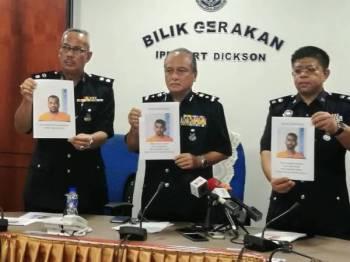 Che Zakaria (tengah) menunjukkan tiga lelaki yang diburu polis.