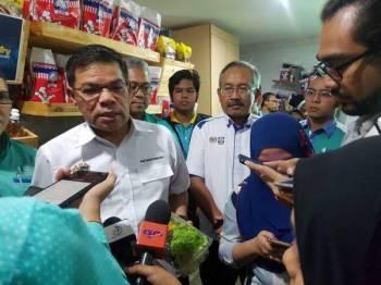 Saifuddin pada sidang akhbar sempena perasmian Program Food Bank Siswa Universiti Malaysia Pahang (UMP) di Kampus Gambang di sini hari ini.