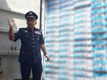 Johari berada di hadapan sebuah kontena yang mengandungi minuman keras pelbagai jenama yang dirampas pihaknya di Pelabuhan Utara, Port Klang, Selangor.