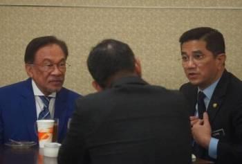 Perjumpaan ringkas antara Presiden PKR Datuk Seri Anwar Ibrahim dan Timbalannya, Datuk Seri Mohamed Azmin Ali yang berlangsung di ruang istirahat Parlimen semalam langsung mencuri tumpuan. Foto: Facebook Syafiq Sunny