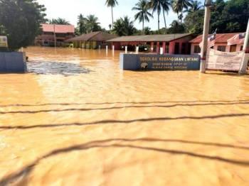 Keadaan banjir yang sempat dirakam pagi tadi menunjukkan paras air naik hingga mencecah 1.5 meter.