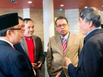 Abdul Fattah (dua dari kanan) berbincang bersama wakil koperasi dari rantau Asia Pasifik ketika Mesyuarat ICA Asia Pasifik di Kigali.