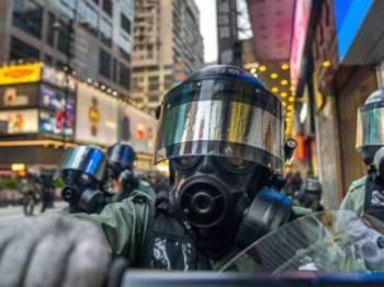 Polis Hong Kong menahan lebih 2,200 orang yang terbabit dalam 400 protes anti kerajaan di bandar raya itu, memetik Ketua Eksekutif, Carrie Lam. - Foto Getty Images