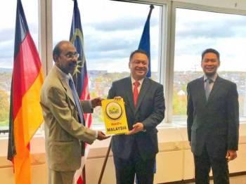 Tuanku Syed Faizuddin menyerahkan sumbangan Ibnu Sabil MAIPs kepada Konsul Jeneral Malaysia di Frankfurt.