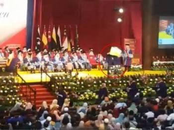 Graduan Universiti Malaya (UM) yang protes di pentas majlis istiadat konvokesyen tular di media sosial baru-baru ini.