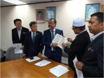 Jagdeep (tengah) bersama Tung Seang (dua dari kiri) dan Rozali (dua dari kanan) menunjukkan buku Akta Kerajaan Tempatan pada sidang media tadi.