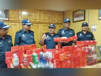 Abdul Latif (tengah) menunjukkan rokok putih yang dirampas dalam serbuan di Unit Pemeriksaan 100 peratus Terminal Kargo Utara Butterworh (NBCT), Pulau Pinang pada 8 Oktober lalu membabitkan nilai cukai RM7.1 juta.