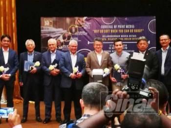Kadir (dua dari kiri) diundang sebagai salah seorang panel pada Forum Kelangsungan Media Cetak: Mengapa Dilayar Jika Boleh Diterbit di Intekma Resort & Convention Centre Shah Alam.