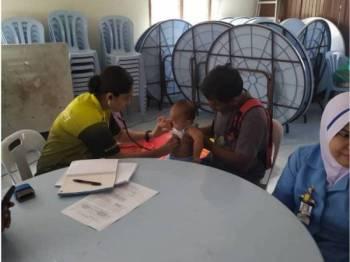 Pemeriksaan kesihatan dijalankan di pusat pemindahan banjir di Dewan Orang Ramai Kampung Tok Sirat yang masih dibuka sehingga kini.