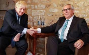 Johnson (kiri) dan Juncker mendakwa telah mencapai persetujuan dalam perjanjian baharu Brexit.