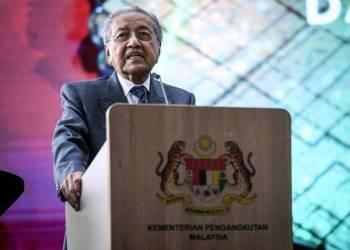 Dr Mahathir ketika berucap melancarkan Dasar Pengangkutan Negara 2019-2030 di Stesen Sentral Kuala Lumpur hari ini. -Foto Bernama