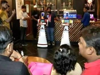 Sebuah restoran 'pintar' India Timur mengunakan khidmat dua robot sebagai pelayan di restoran tersebut.- Foto Agensi