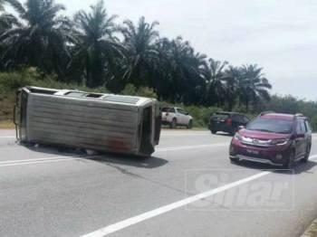 Keadaan van yang dinaiki tujuh orang murid SK Dataran Muda, Bukit Selambau terbalik selepas terlibat dalam kemalangan di KM 13.8 Jalan Sungai Petani-Kuala Ketil.
