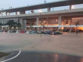 Kawasan persekitaran parkir di KTM Sungai Gadut yang dilanda banjir kilat. -Foto Ihsan bomba