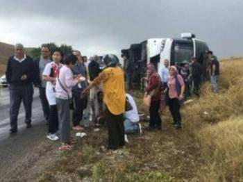 Seramai 35 kakitangan Perbadanan Kemajuan Negeri Selangor (PKNS) dalam perjalanan dari Pamukkale ke Cappadocia. - Foto Bernama