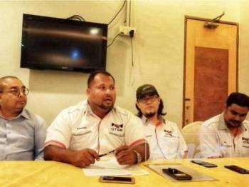 Kamarudin (dua dari kiri) pada sidang media berhubung isu teksi dan perkhidmatan e-hailing di Sentul semalam.