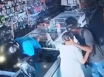 Wanita terbabit diberi ciuman oleh perompak yang enggan mengambil wang miliknya.