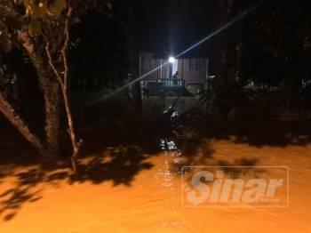 Hujan berterusan selama hampir lima jam mengakibatkan limpahan air sungai berlaku.