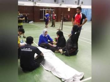 Mangsa rebah dan meninggal dunia selepas bermain badminton di Dewan Sri Bernam malam tadi.