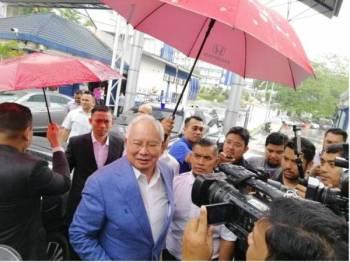 Najib ditemui pemberita selepas selesai memberi keterangan di Bukit Aman, hari ini.