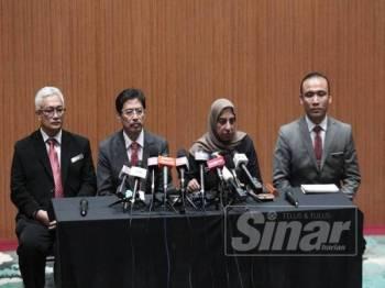 Azam (dua dari kiri) pada sidang media khas di Ibu Pejabat SPRM di Putrajaya hari ini. - FOTO ZAHID IZZANI