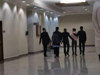 Tertuduh diiringi pegawai SPRM keluar dari mahkamah selepai selesai sebutan kesnya, hari ini