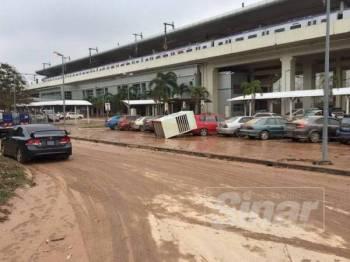 Keadaan persekitaran stesen kereta api KTM Sungai Gadut yang dilanda banjir semalam.