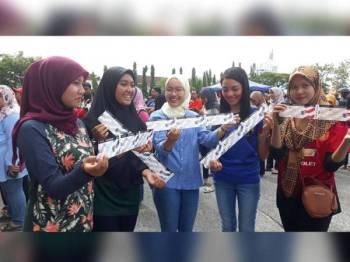 Penyokong Setia Lang Merah, dari kanan iaitu Jamalina Ayu Amirah Abdul Majid,18, Siti Maisarah Rosli,24, Nur Asma Zawani Nasrul Hadi,19, Nur Saidah Roslan,18 dan Nur Shahfiqah Shahrin masing-masing menunjukkan tiket separuh akhir Piala Malaysia 2019 yang berjaya dibeli oleh mereka.