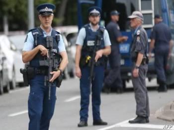 Anggota polis berkawal sehari selepas insiden tembakan rambang di Christchurch Mac lalu. - Foto AFP