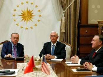 Erdogan (kiri) dan Pence (tengah) mengadakan pertemuan di Ankara semalam. - Foto Agensi