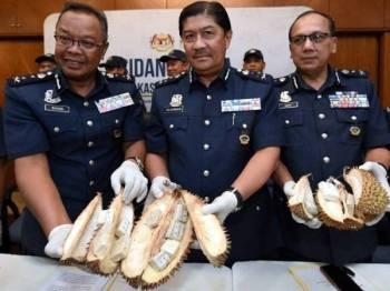 Penolong Ketua Pengarah Kastam Zon Tengah Datuk Zulkurnain Mohamed Yusuf (tengah) menunjukkan dadah jenis Heroin yang disorokkan di dalam buah durian selepas sidang media di Jabatan Kastam Diraja Malaysia, Petaling Jaya hari ini. --fotoBERNAMA