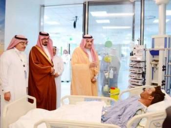 Putera Faisal (berdiri, kanan) melawat mangsa kemalangan yang cedera di Hospital King Fahd. - Foto Agensi