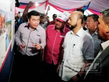 Mukhriz (dua dari kanan) hadir menyempurnakan Majlis Pecah Tanah Projek Solar Berskala Besar 30 Megawatt Kuala Muda di Lot 322, Mukim Sungai Petani hari ini.